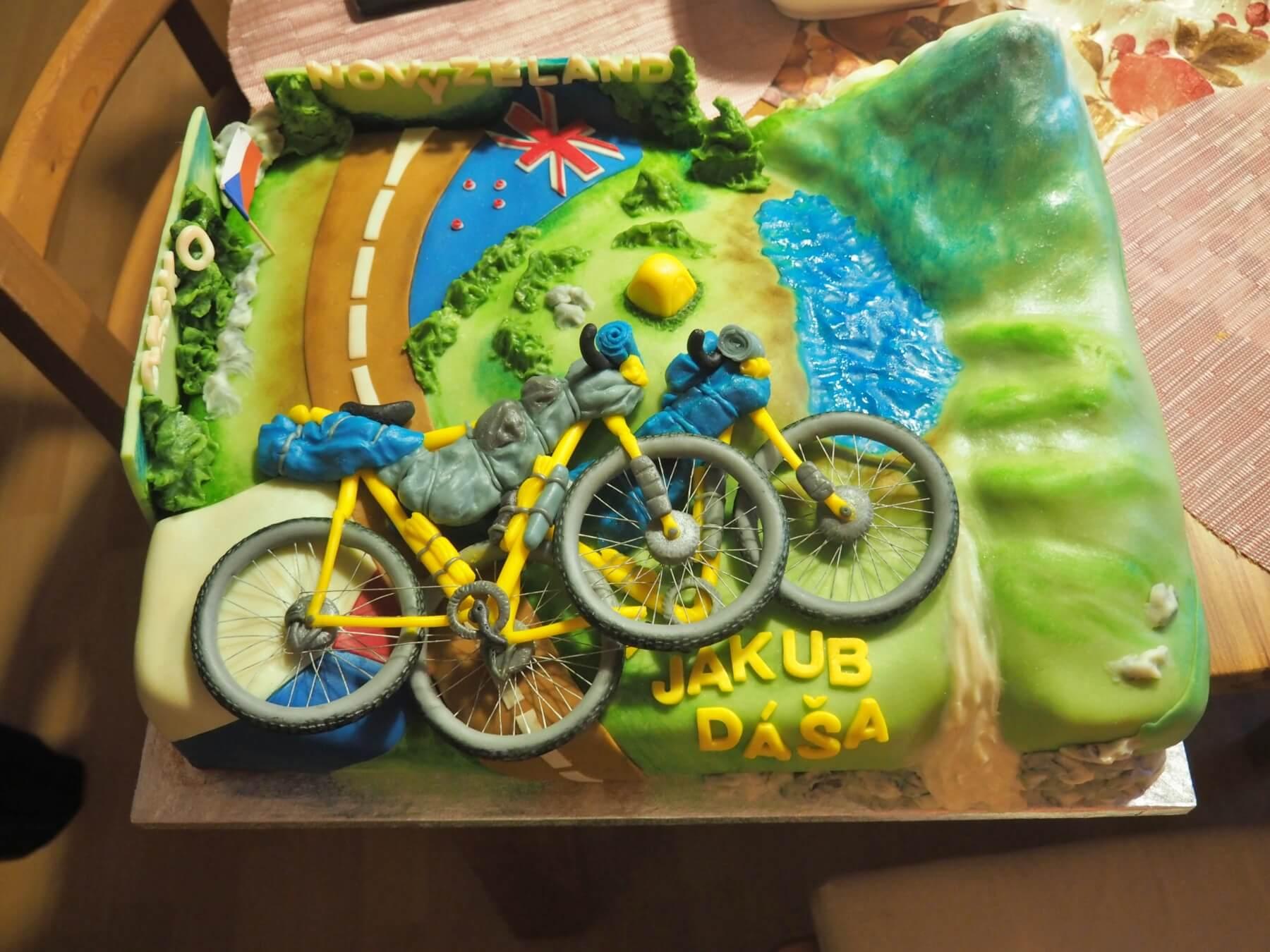 Překvapení: dort s našimi koly.