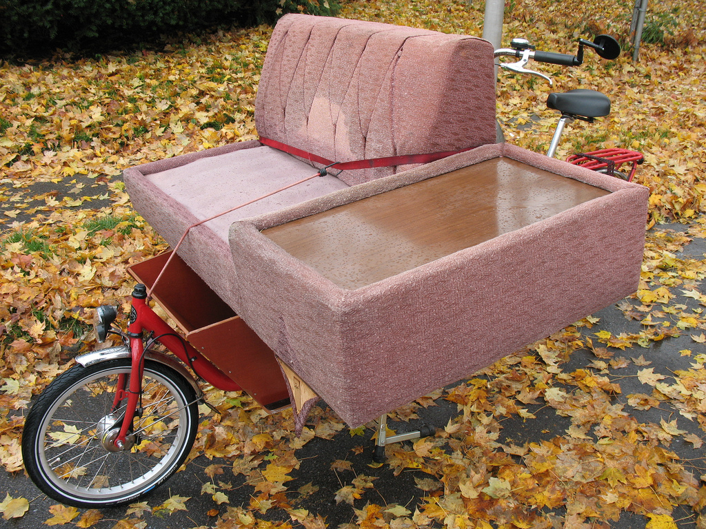 Велосипед на диване фото