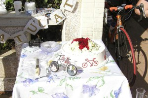 bicycle-themed wedding cake and bike-shaped photo holder