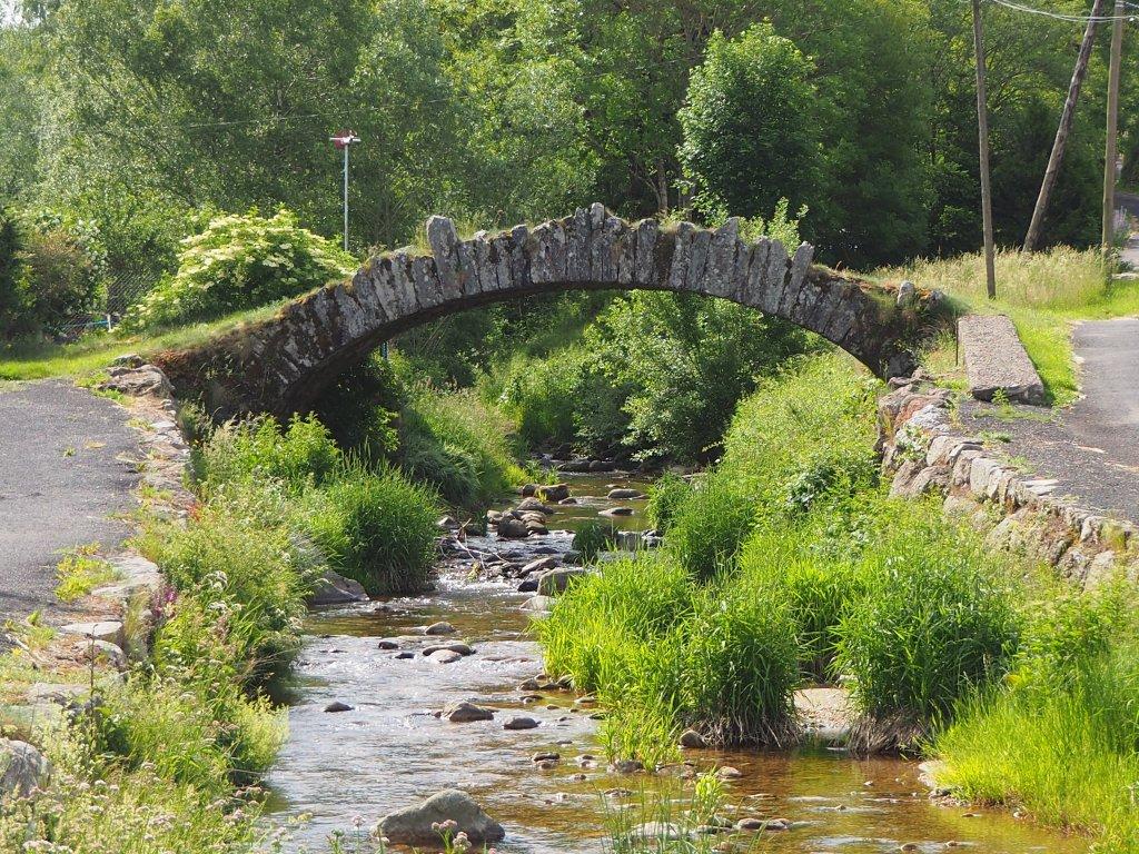 pont traversant une rivière en ardèche