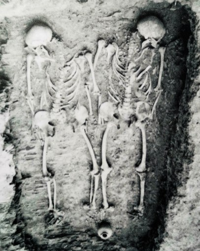 Oppidum Závist grave - two man holding hands