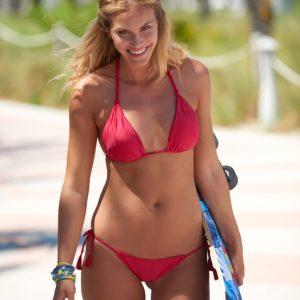 Roter Triangel-Bikini mit geflochtenen Seitenschnüre - DESPI
