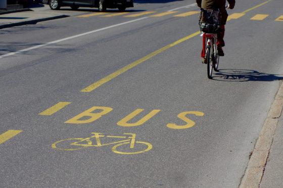 """Bus ou vélo, les étudiants sédunois ont le choix du """"Rail"""" ou du """"Bike Check""""."""