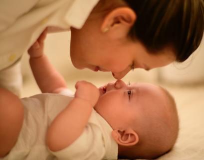 Matka pochylająca sięnad swoim dzieckiem