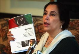 @BenazirBhuttoFC SMBB showing manifesto of the party to media on #PPPFoundationDay 2007