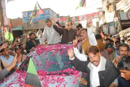 @JunaidQaiser @MManzoorWattoo accordd warm welcome as party activists showered rose petals on him #PPP4Nankana @jahanarawattoo