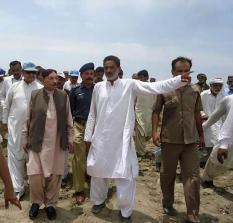 @BilawalHouseKhi #Khairpur CM Sindh visits different places along river to monitor ongoing work to protect areas & people frm flood 1