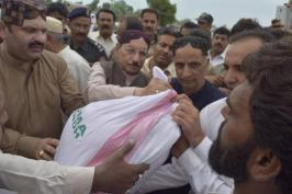 @mehran_narejo #CMSindh along with his cabinet ministers delivering ration bags to Flood troubled ppl at QadirPur Loop Band #Ghotki 3