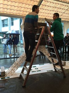 La estructura ideada por Malcom, Kevin y Oscar Picton, soportó 1.368 kilos.