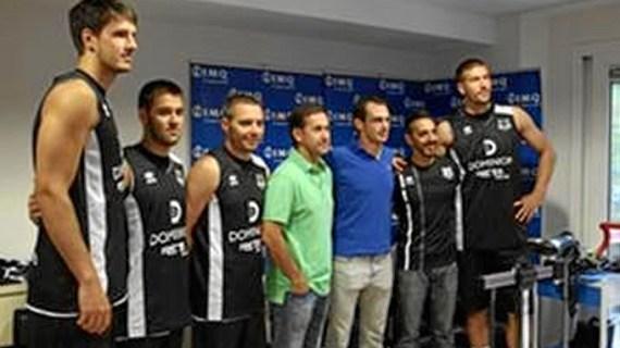 Los jugadores del Dominion Bilbao Basket pasan su primer reconocimiento en IMQ Doña Casilda