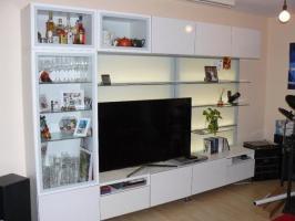BESTA Wohnwand mit TV Bank und LED Hintergrundbeleuchtung ...
