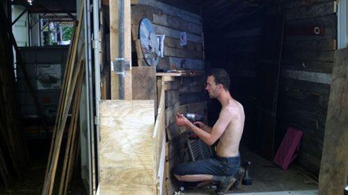 Schaubuden-Arbeiter bei der Arbeit.