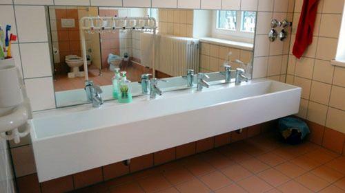 Toilette mit Ausblick, in den riesigen Waschbecken sollen Papierschiffe fahren können.