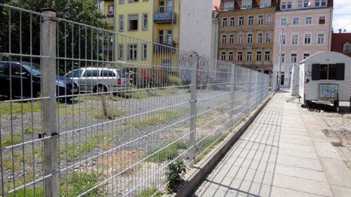 Was haben sie nur verbrochen? Die armen Autos auf der Sebnitzer müssen hinter Gitter.