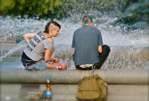 """Die beiden erfreuen sich an den stürmischen Wogen des """"Stillen Wassers"""". Foto: Marc McLovin"""