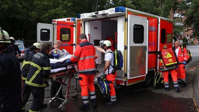 Das 13-jährige Mädchen wird von Feuerwehrleuten in den Rettungswagen geschoben