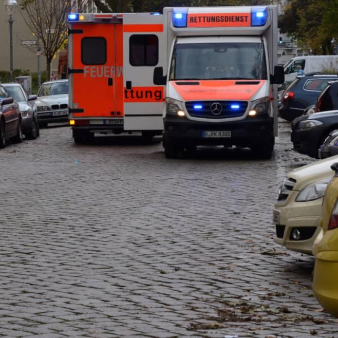 Der Rettungswagen und ein Notarztfahrzeug stehen im Einsatz auf der Straße vor der Kita in Moabit