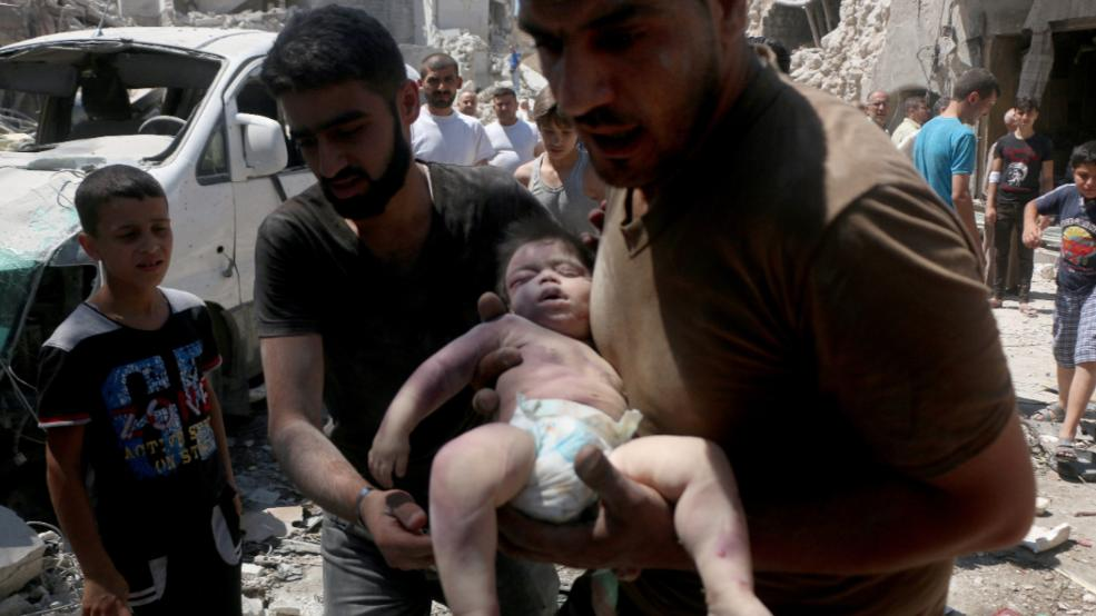 Der Tod ist allgegenwärtig in Aleppo. Am 11. Juli: wird nach einem Luftangriff ein Kleinkind aus den Trümmern geborgen