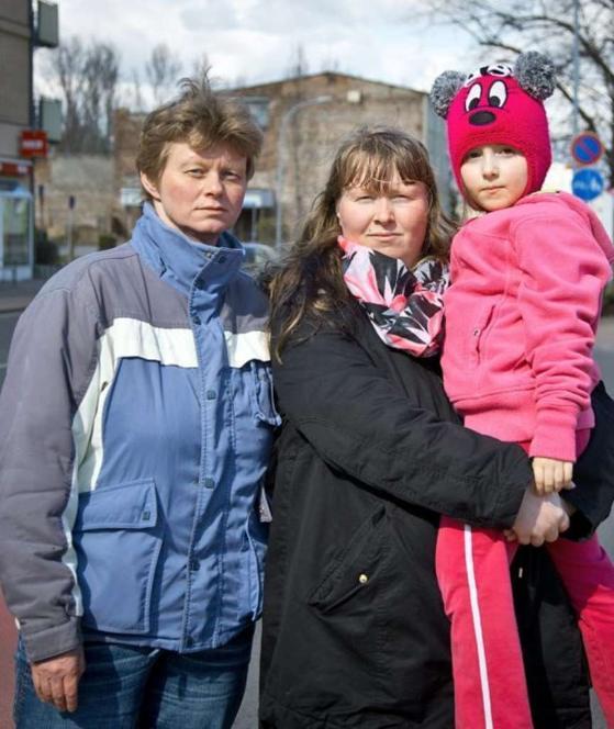 Yoanne (6) con la madre Jaqueline Hoferichter (36) y la tía Yvonne Hoferichter (41)