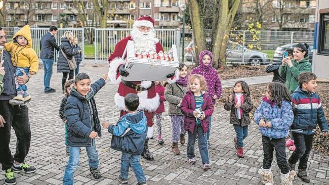 Flüchtlingskinder begeistert vom 1. Nikolaus ihres Lebens