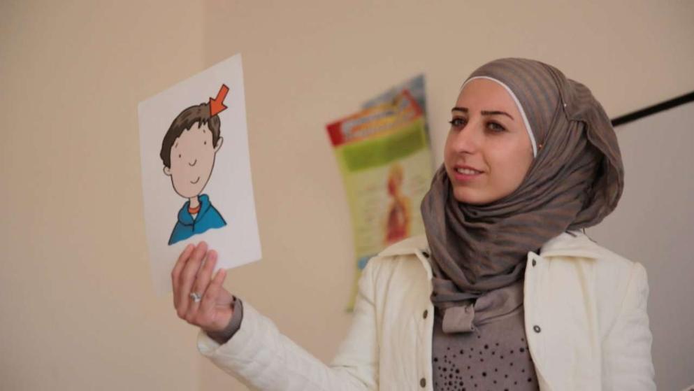 Hindren Abdullah (26) ist aus Damaskus geflohen. Sie ist Englisch-Lehrerin an der Schule – ehrenamtlich, wie alle hier