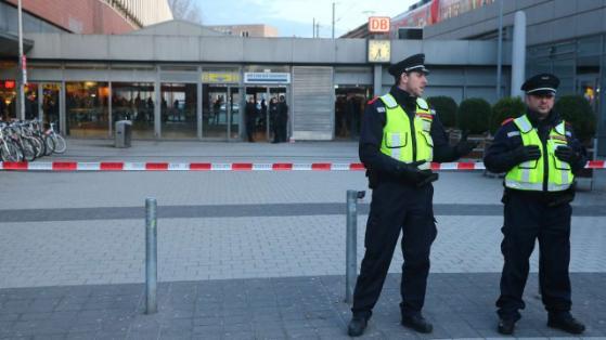 Colegiala atacado funcionarios en la estación central de |  El policía tras ataque con arma blanca fuera de peligro