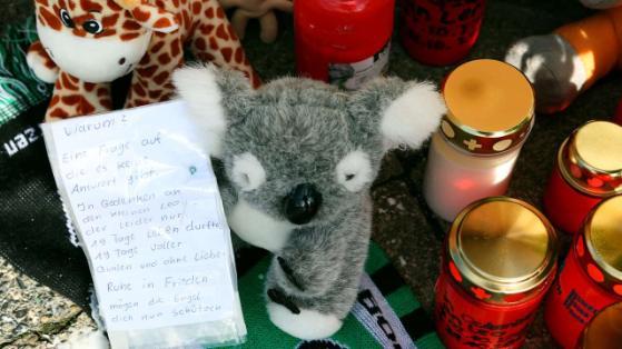 Trauernde legten Kuscheltiere, Kerzen und Briefe nieder