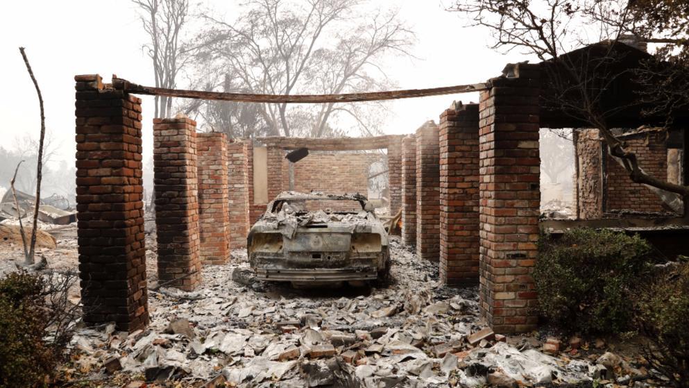 Vor einem abgebrannten Haus in Santa Rosa parkt ein ebenfalls abgebranntes Auto