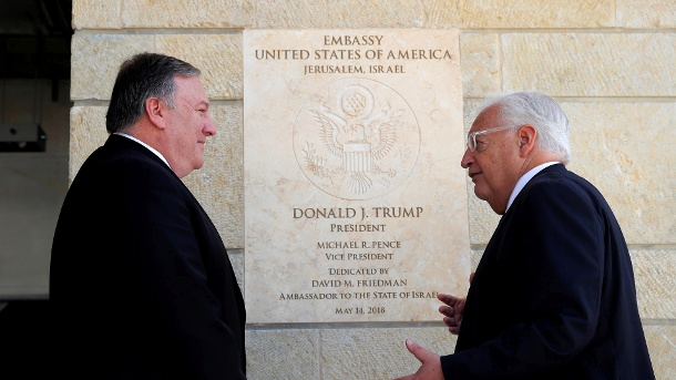 Controversial building: Foreign Minister Mike Pompeo and US Ambassador David Friedman in front of the United States Mission in Jerusalem. (Source: Reuters / Jim Young / Pool)