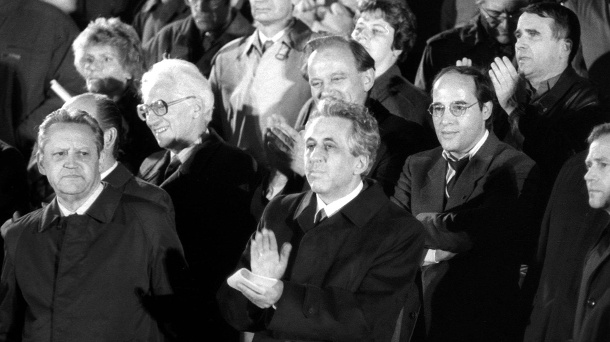 Günter Schabowski, Egon Krenz and other SED officials: Here at a protest rally in the Lustgarten. (Source: imago images / Werner Schulze)