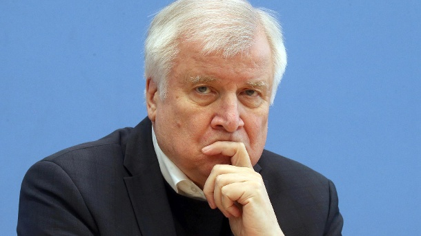 Federal Interior Minister Seehofer warns against an early loosening of the exit restrictions for economic reasons. (Source: dpa)