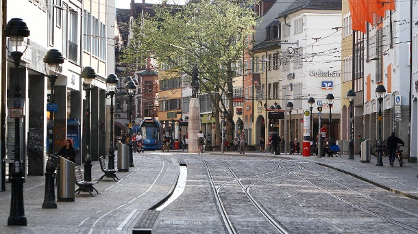 Almost empty shopping street in Freiburg: The restrictions in the retail sector would have had little effect on the spread of the virus, say labor market researchers. (Source: imago images / Ralph Peters)