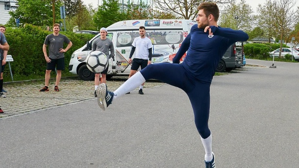 Leon Draisaitl also cuts a fine figure in football.  Born in Cologne, he is a fan of 1. FC Köln.  (Source: imago images / Peter Schatz)