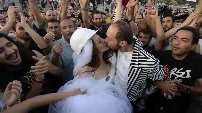 Kennengelernt hat sich das Brautpaar bei den Protesten im Mai.