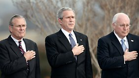 Die Spitze der neokonservativen Revolution: US-Präsident George W. Bush (M.) mit seinem Verteidigungsminister Donald Rumsfeld (l.) und Vizepräsident Dick Cheney.