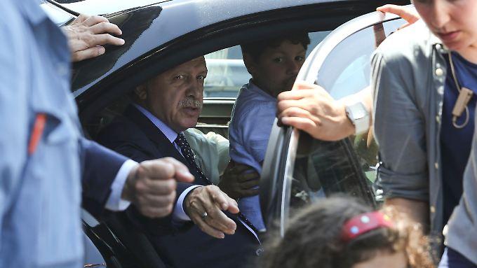 Erdogan zeigt sich dem Volk in Istanbul.