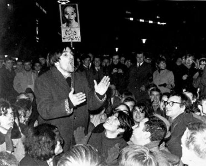 In Deutschland wird er zu einer zentralen Triebfeder der 68er-Bewegung. (Im Bild: Rudi Dutschke bei einer Demonstration im Februar 1968)