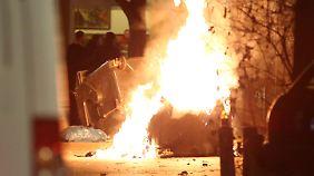 Mülltonnen brennen in einer Seitenstraße der Reeperbahn.