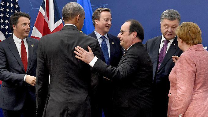 Gespräche auf dem Nato-Gipfel in Warschau: Bundeskanzlerin Angela Merkel, Ukraines Präsident Petro Poroschenko, Frankreichs Staatschef François Hollande, der britische Premier David Cameron, US-Präsident Barack Obama und Italiens Ministerpräsident Matteo Renzi (v.r.n.l.).