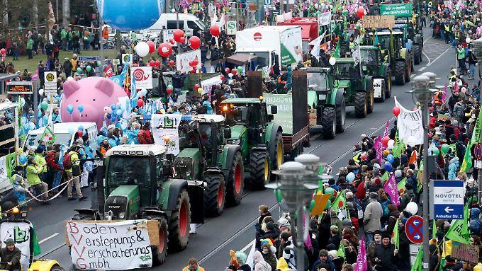 Rund 130 Traktoren begleiteten den Protestzug.