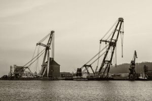 Flensburg schwimmender Kran in schwarz-weiss