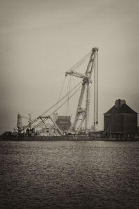 Flensburg schwimmender Kran in schwarz-weiss hochkant