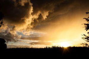 Wolken, Sonnenuntergang und das Maisfeld