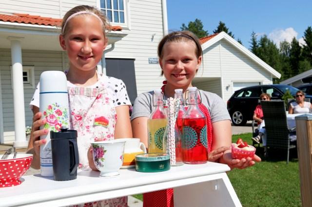 Amanda och Elise öppnade sommarfik i trädgården hemma i Vallhov.