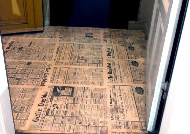 Under golvet i hallen hittade de ett lager med Gefle Dagblad från 1920-talet.