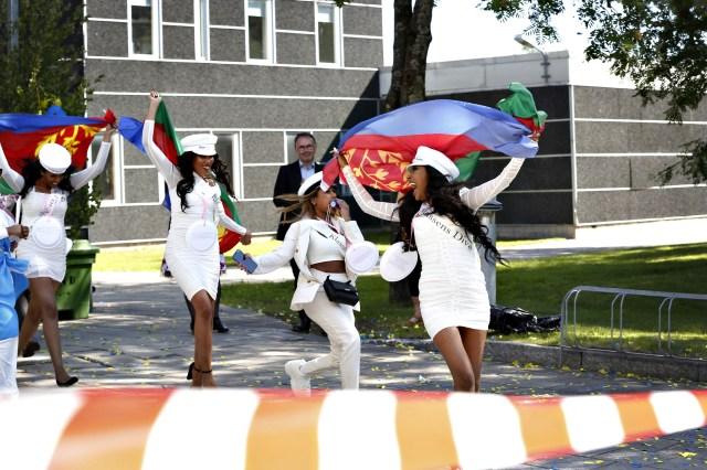 Juni. Annorlunda studentfirande. Randiga flaggor och lika randiga band vajade i vinden när Bessemerelever sprang ut ur skolan. Vanligtvis samlas massor av släkt och vänner i stadsparken, årets studentfest blev inget studentfirande, i klassisk mening.