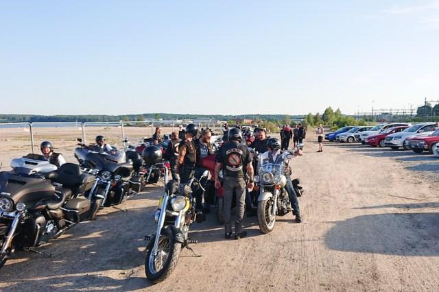 Efter begravningen rullade motorcyklar och bilar genom Hudiksvall för att hedra Miche. Bland annat via Sandvalla, där han gått i skolan.