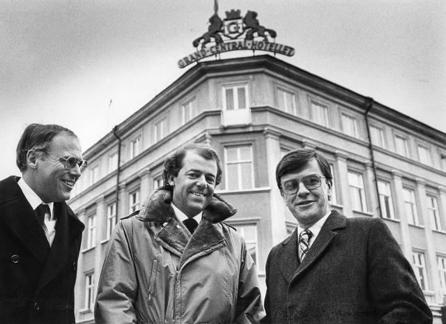 21 december 1982:  Två nöjda köpare och en nöjd säljare. Kjell Andersson, peronaldirektör på Reso, och direktör Carl-Henri Victorin, chef för Reso-hotellen, flankerar Nils-Göran Zedrén, vd för Grand Central Hotell. Och vd kommer Nils-Göran Zedrén att fortsätta vara också efter försäljningen till Reso. Bild: Håkan Selén.
