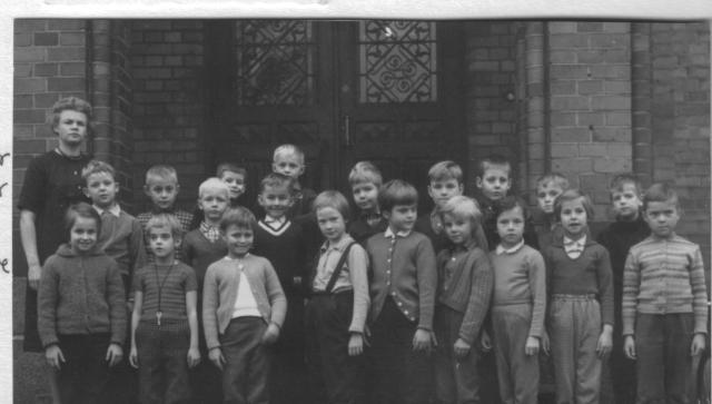 Semis klass 1 1961. Lars Tennemar står längst till vänster på bakersta raden där han tittar fram bakom en blond gosse. Britt-Inger Edvardsson är tvåa från vänster på främre raden. Peter Nyhlén är tvåa från höger på bilden. De flesta barnen bodde i lägenheter omkring Södertull och Söder, flera i barnrikehus. Det var på denna tid gamla E4:an gick rakt i genom Söder, så det gick inte att släppa ut barnen hursomhelst. Bild: Privat.