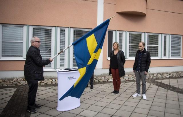 Landshövding Per Bill delade ut Riksdagens gåva till personal på Gävleborgs alla sjukhus .